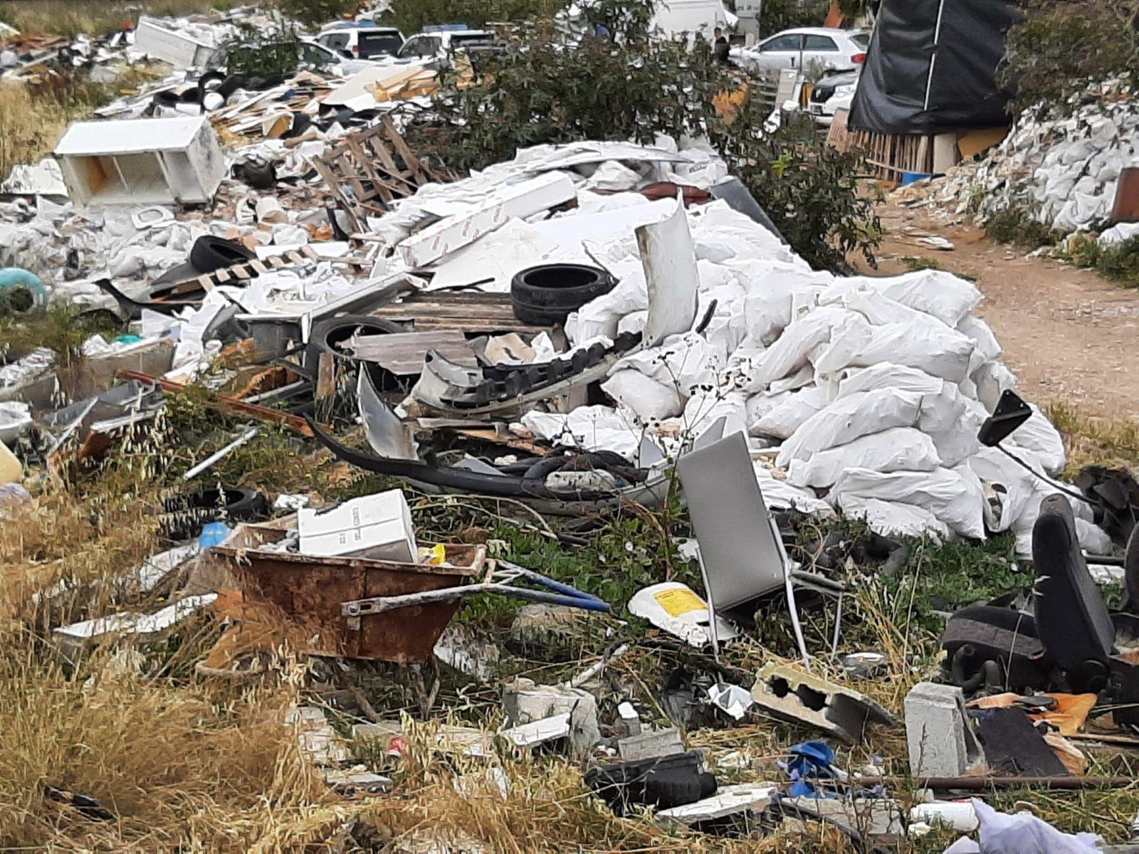 La Guardia Civil investiga un gran vertedero ilegal junto al Estadi Balear