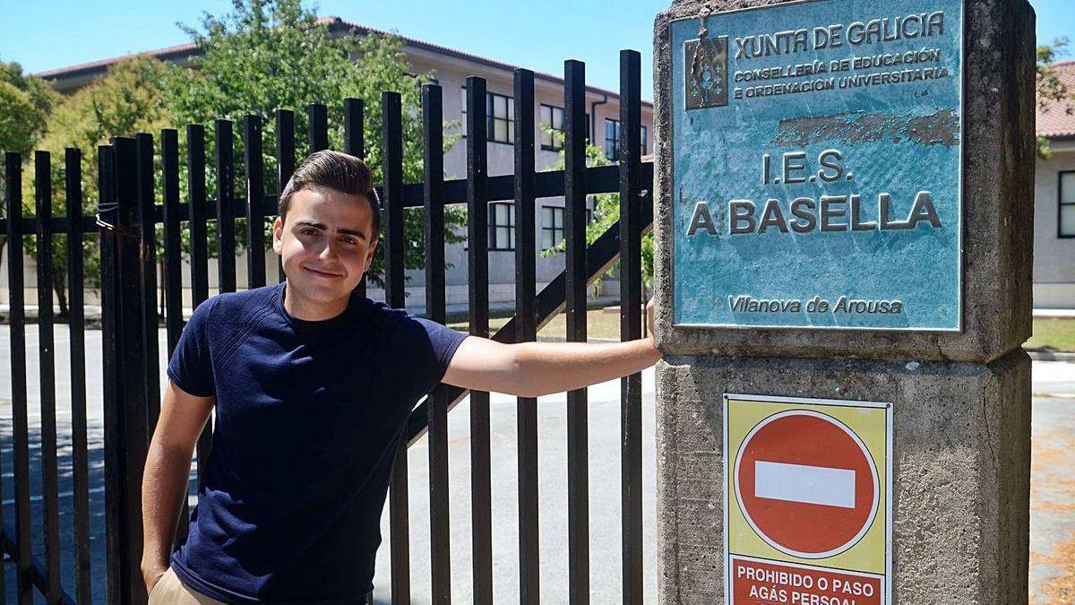 El estudiante vilanovés delante del IES A Basella que abandona por la puerta grande.