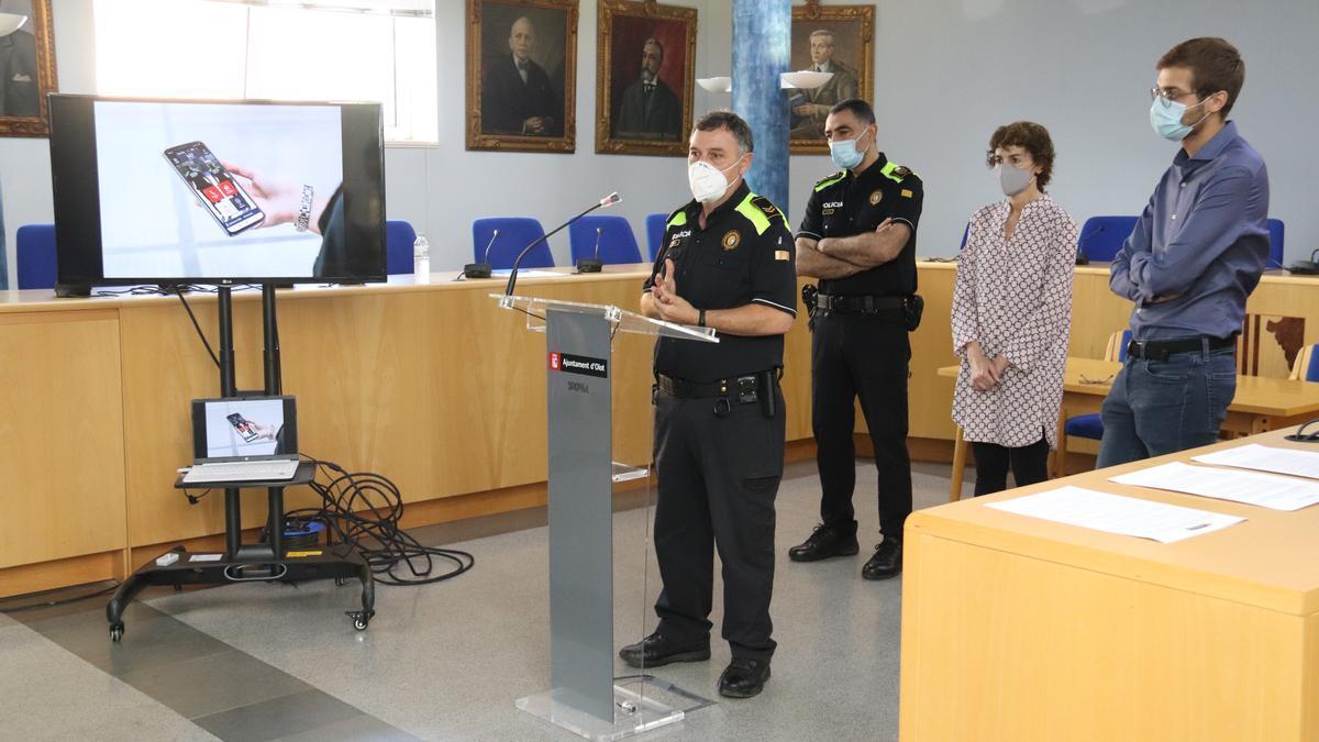La Policia Local d'Olot amb els regidors a l'Ajuntament presentant la nova aplicació per a mòbils