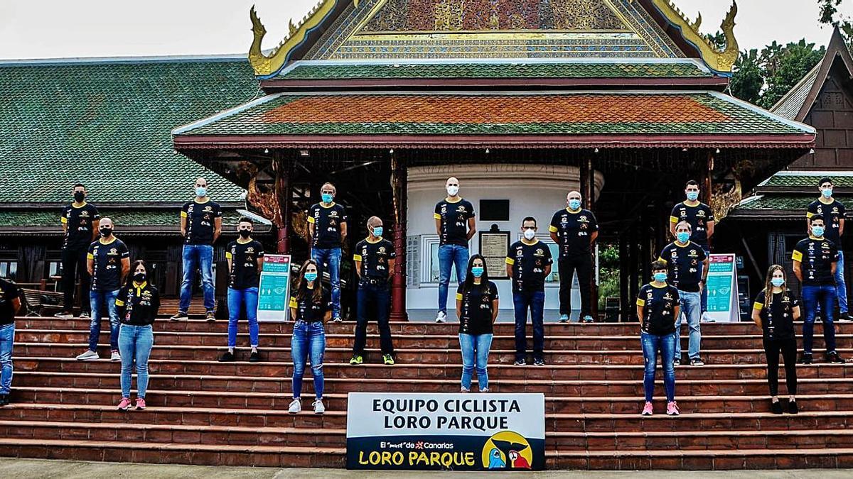 Foto de familia del club ciclista tinerfeño en la fachada de Loro Parque.     CEDIDA