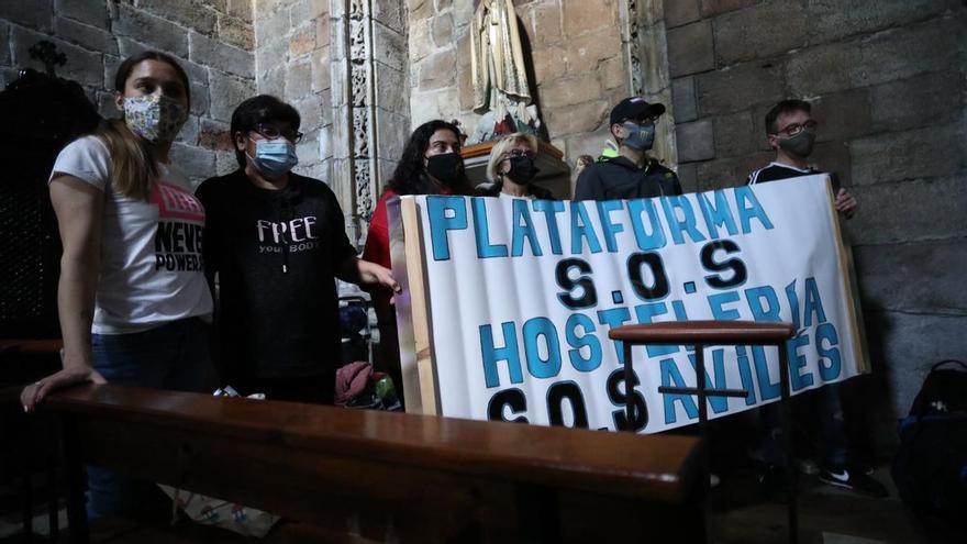 """Seis hosteleros se encierran en una iglesia en Avilés: """"Queremos comer el mes que viene"""""""