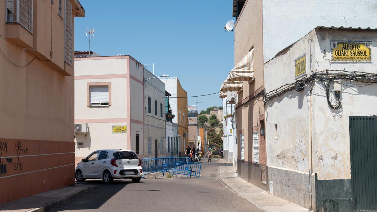 El socavón vallado en el cruce de las calles Fuencarral y Galache Hoyuelos.