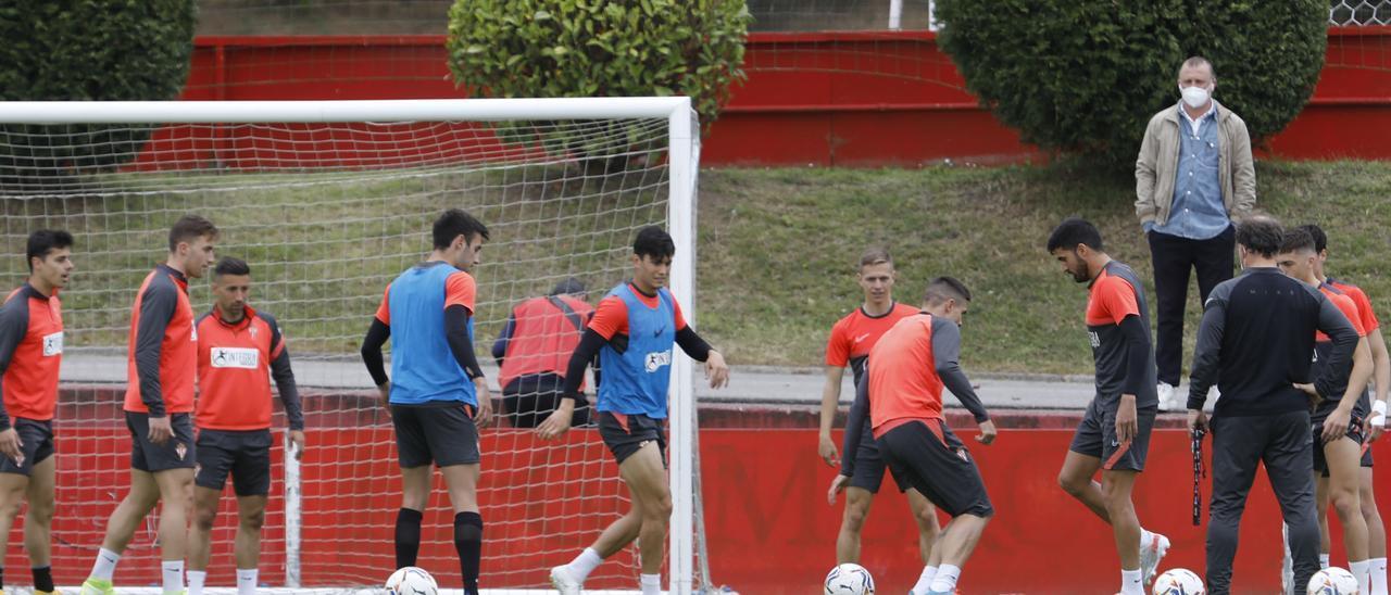 La plantilla del Sporting durante un entrenamiento en Mareo