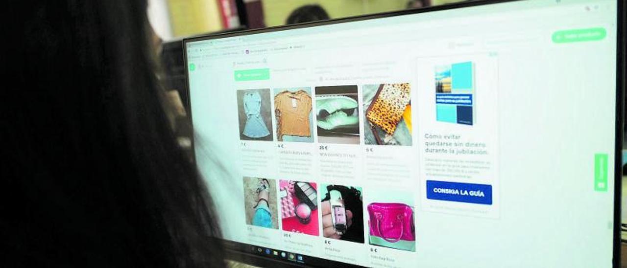 Una persona realiza compras por Internet con un ordenador. | Emilio Fraile