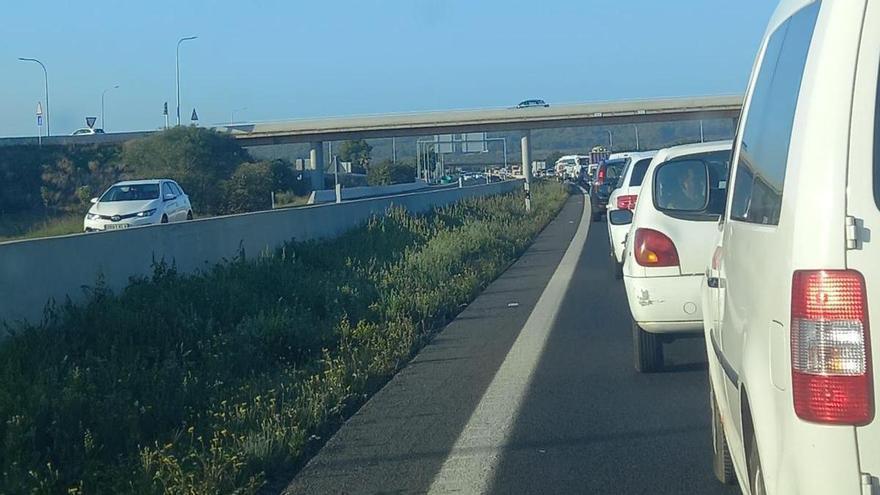 Un camión pierde la carga de gravilla y obliga a cortar la autopista del aeropuerto
