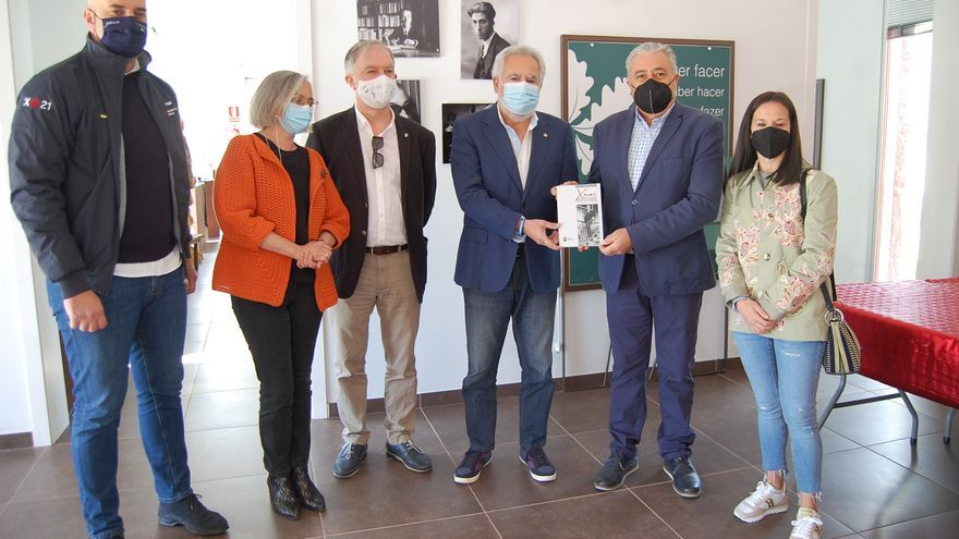 Lobeira recibe un libro homenaje a Xocas editado por el Museo do Pobo Galego