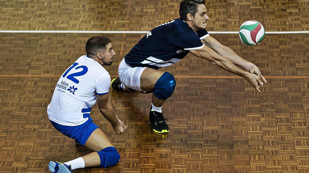 Fran Rodríguez defendiendo una jugada en un partido reciente de los cisneristas.