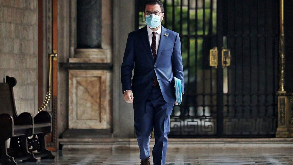 Aragonès dirigint-se cap a la reunió setmanal del Govern.