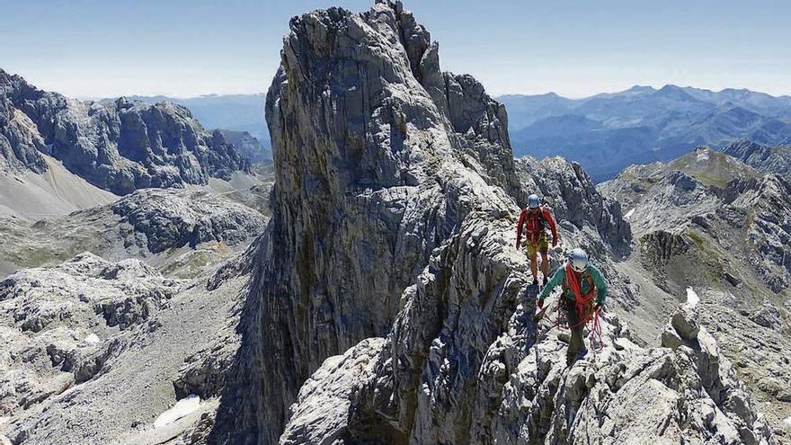 Herido grave el escalador gallego que se despeñó en una arista de los Picos de Europa