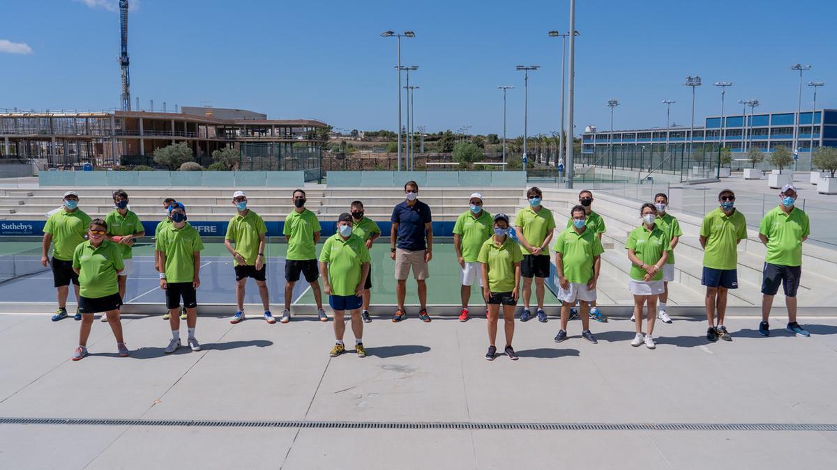 Rafa Nadal junto con deportistas pertenecientes al proyecto Más que Tenis.