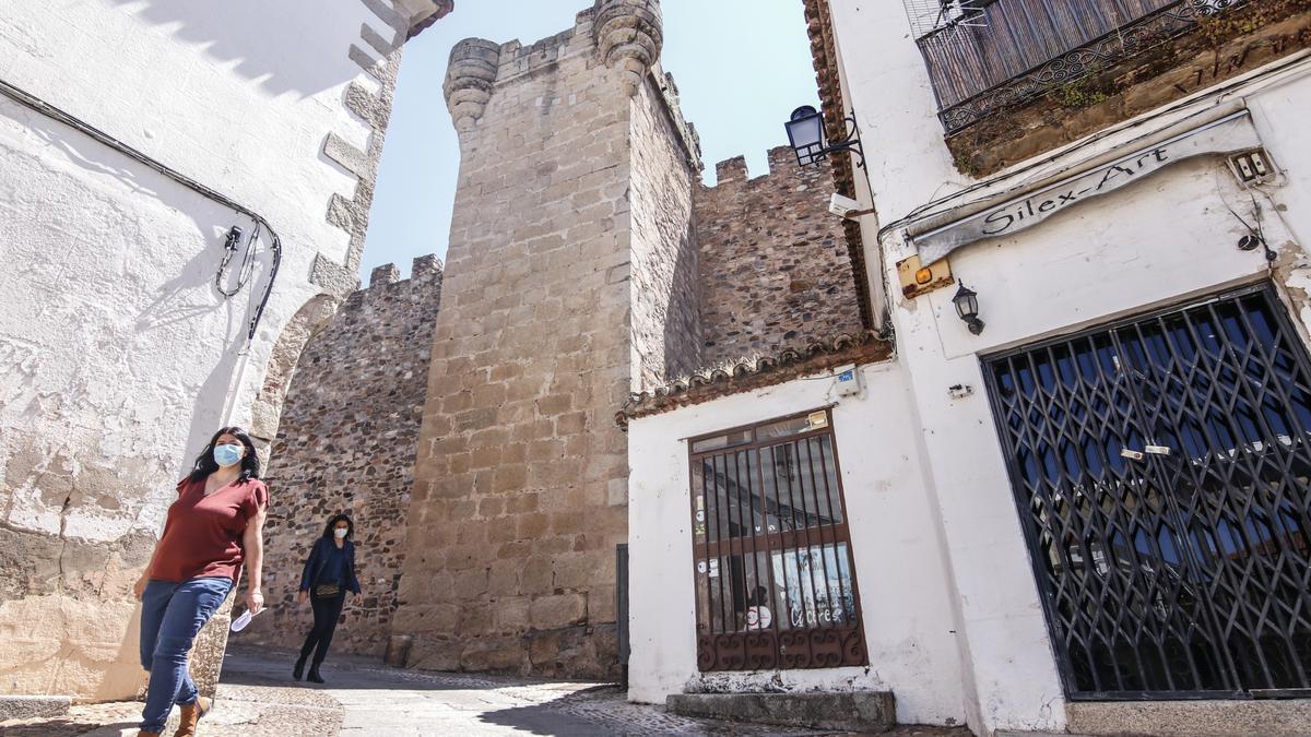 Imagen de la casa junto a la torre (la última de la hilera), que pertenece al propio Ayuntamiento de Cáceres.