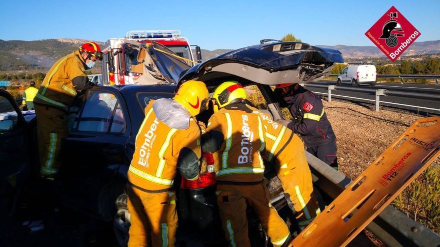 Una joven de 19 años queda atrapada en su coche en un accidente en Castalla