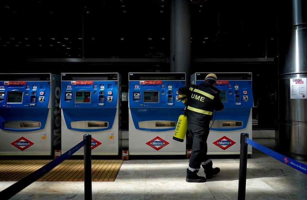MADRID. 19.03.2020. CORONAVIRUS. Miembros de la UME limpian el aeropuerto de Barajas, terminal T4. En la imagen un soldado limpia los accesos al metro. FOTO: JOSE LUIS ROCA
