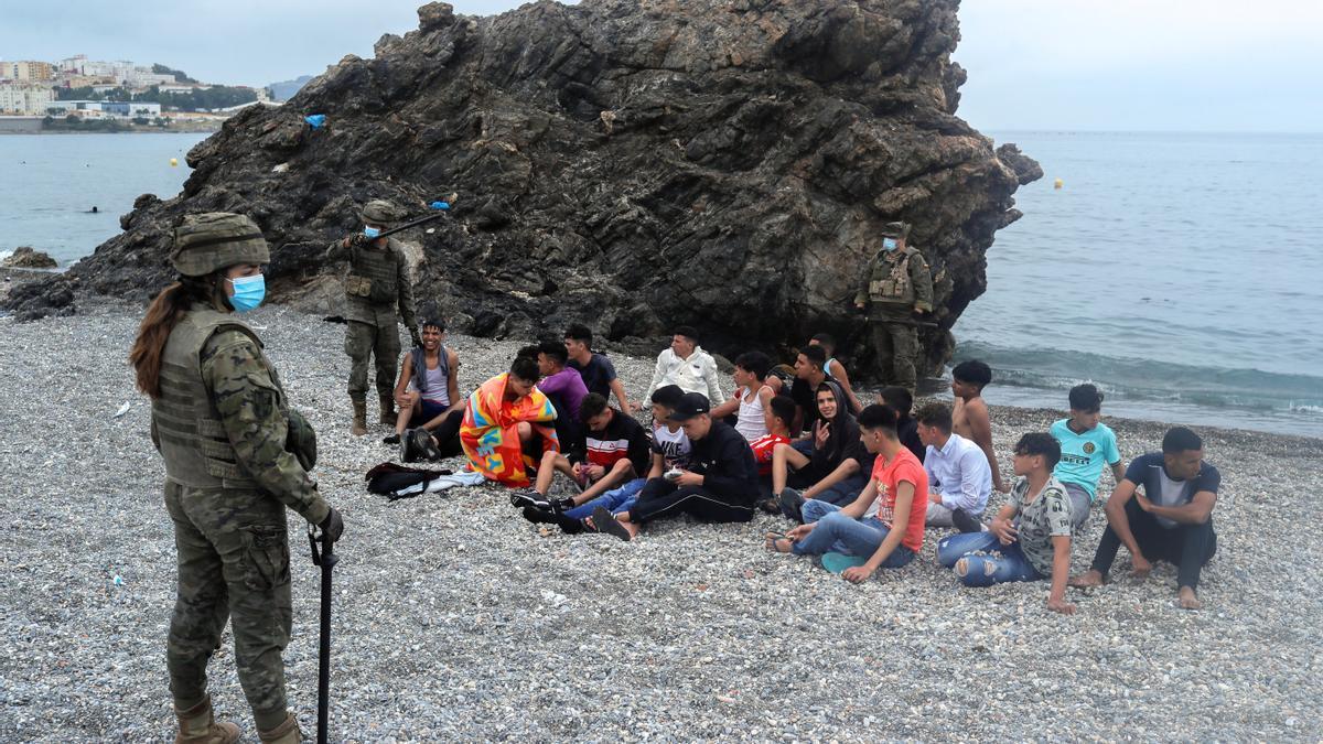 El Ejército se despliegue en Ceuta ante la llegada masiva de inmigrantes.