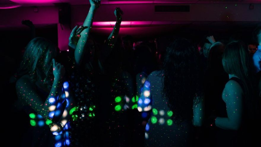 El Consell alarga el cierre del ocio nocturno hasta las 5 de la mañana y permite bailar