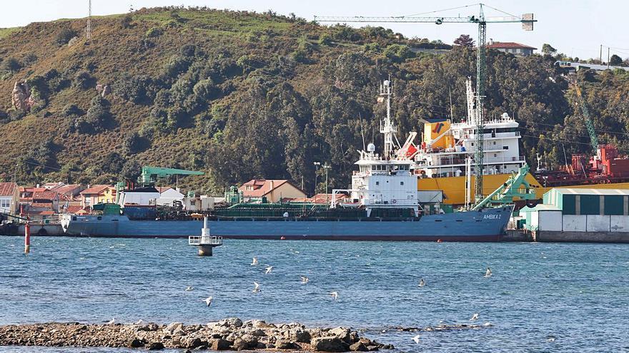 Tramitan la repatriación de cinco marinos de una draga en reparación en Avilés