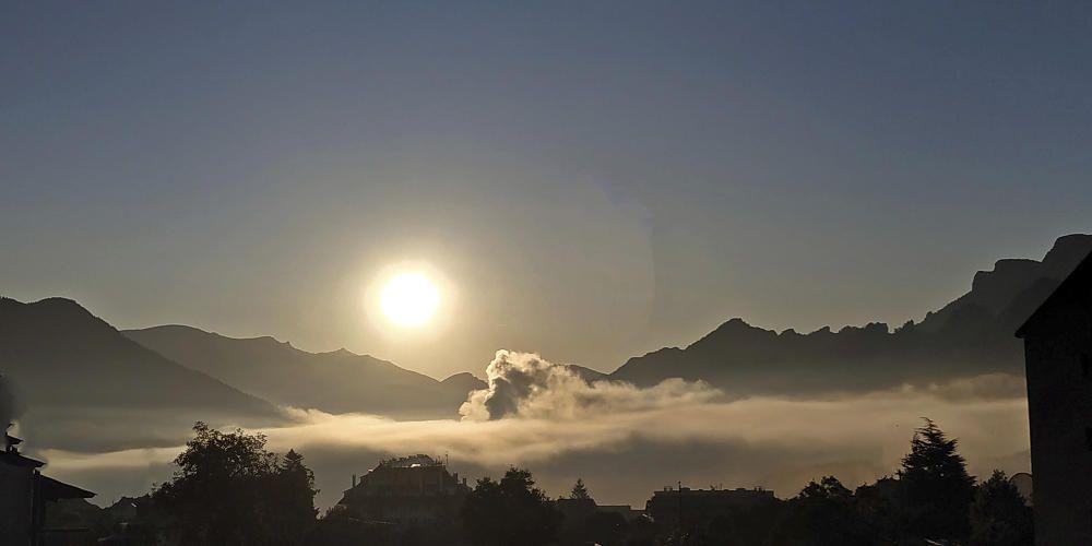 Sortida del sol preciosa per sobre Berga i Busa amb la boira ben plana.