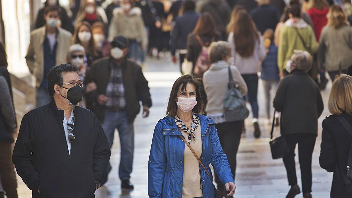 Gente paseando ayer por el centro de València.  | EDUARDO RIPOLL