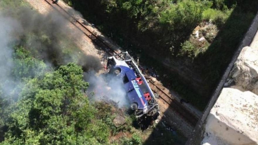 Al menos 15 muertos al caer un autobús desde un puente en Brasil