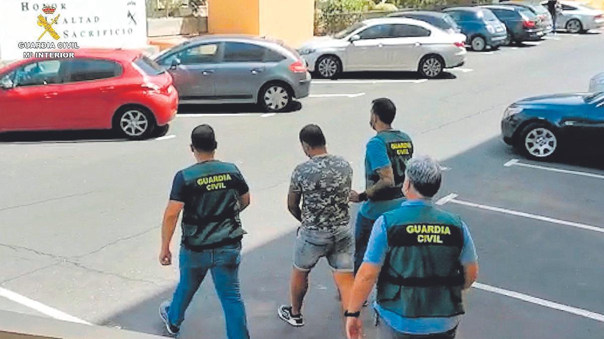 Agentes de la Guardia Civil en el momento de la detención del vecino de La Laguna por terrorismo yihadista.