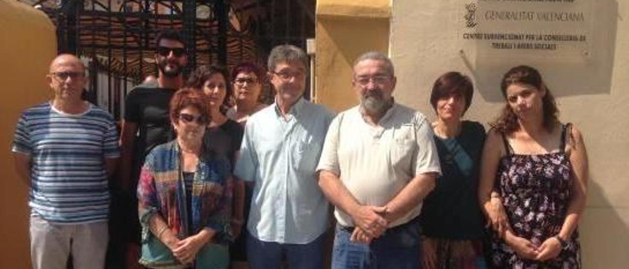 Trabajadores del Centro Ocupacional público «Pas a Pas» de Alboraia junto a la placa de la Generalitat.
