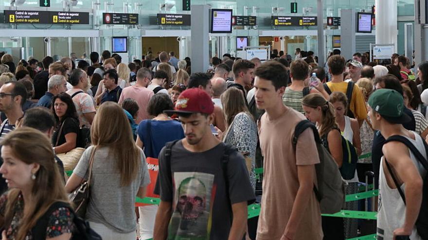 Cues d'entre 40 i 50 minuts a l'aeroport del Prat en el primer dia de vaga parcial