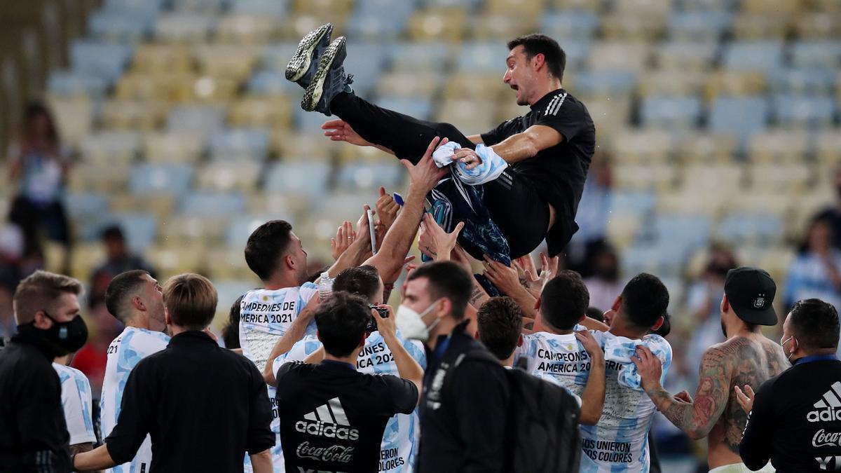 Los jugadores argentinos mantean al seleccionador, Lionel Scaloni.