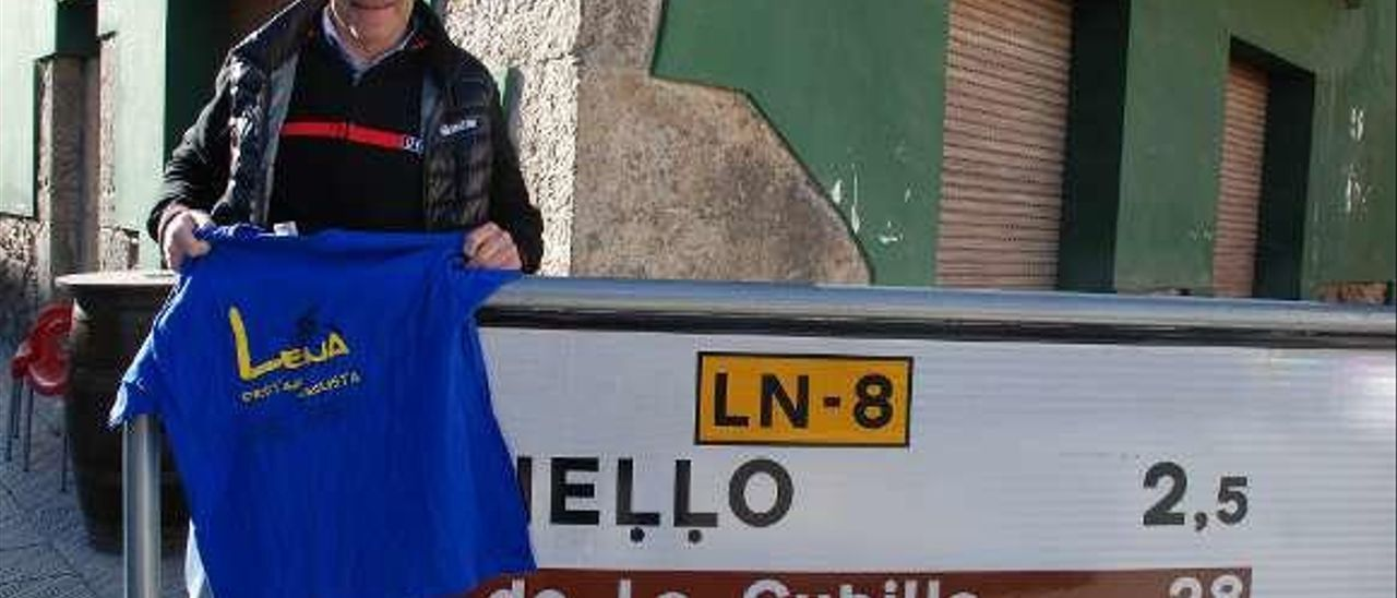 Escartín, con una camiseta de Lena en Campomanes.