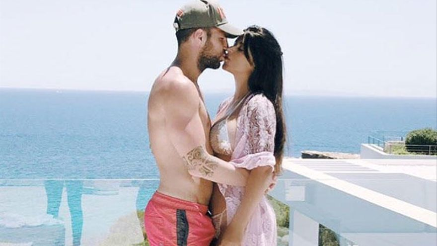 Una foto de Cesc amb la seva xicota omple el seu Instagram de bromes