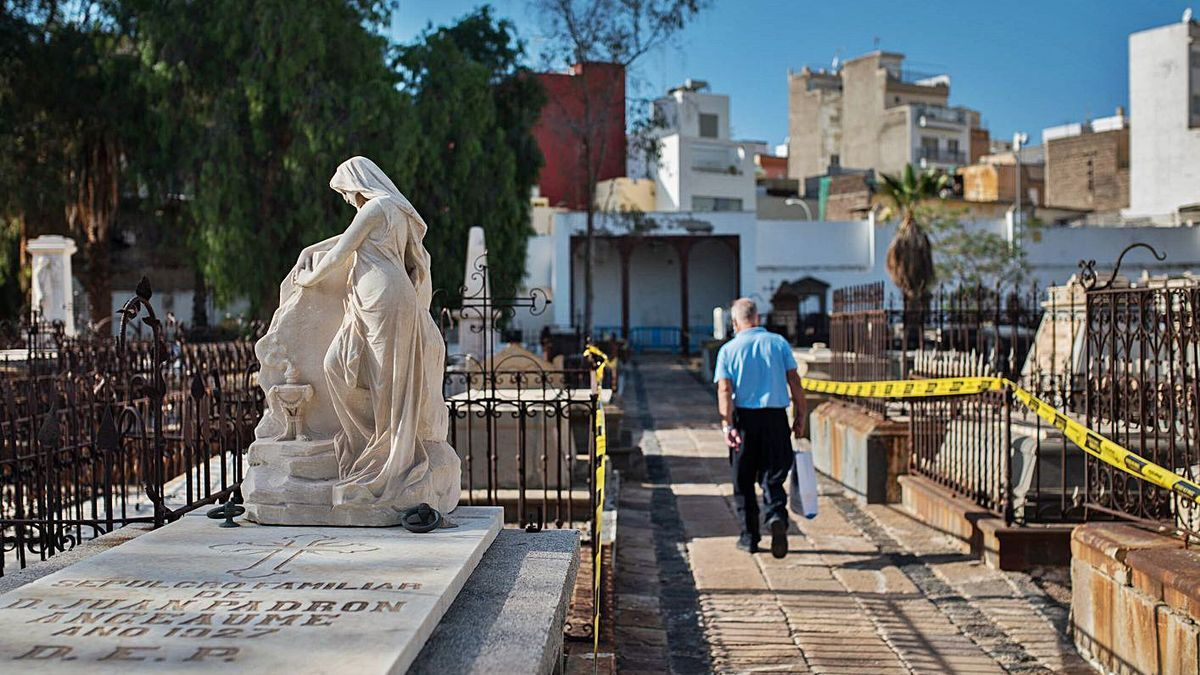 Cementerio de San Rafael y San Roque en Santa Cruz de Tenerife.  |  |  CARSTEN W. LAURITSEN