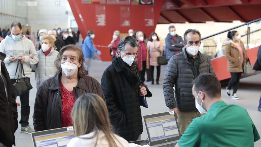 Los datos de la vacunación en Asturias: el número de personas inmunizadas, los colectivos en ser los siguientes y las dosis que recibirá el Principiado