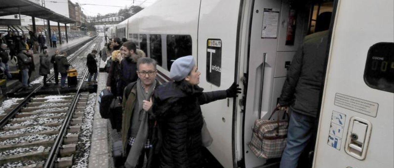Viajeros en la estación de Pola de Lena, antes de la pandemia.   LNE