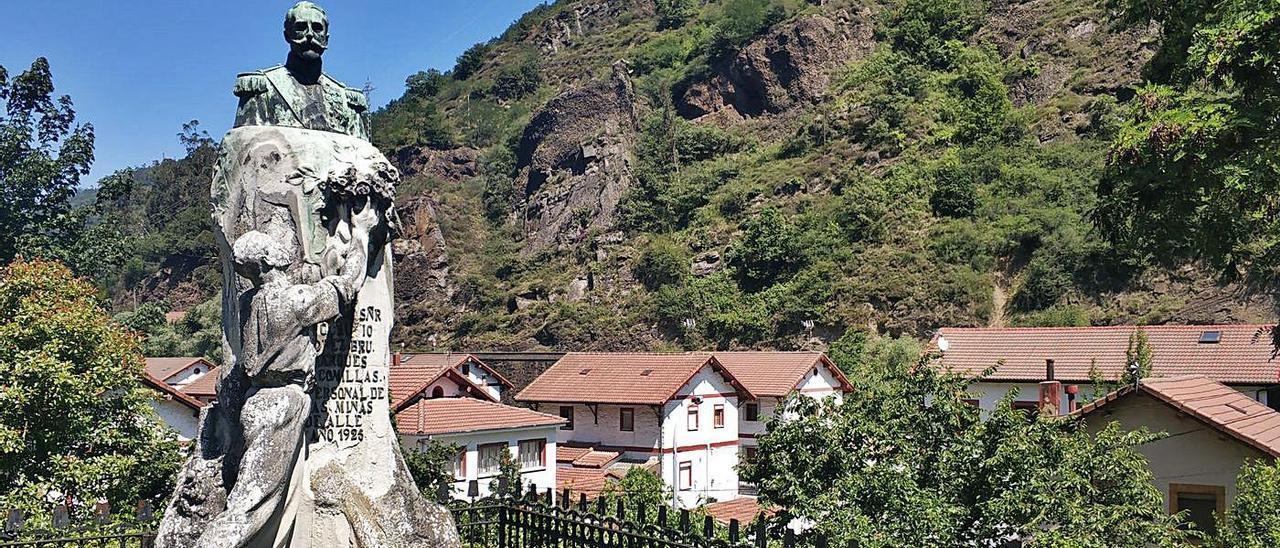 La estatua del Marqués de Comillas que se restaurará, a la entrada del poblado de Bustiello. | A. Velasco