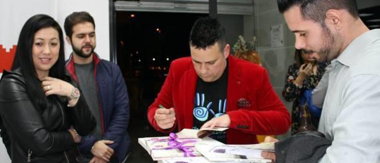 El ilicitano Juanjo Soriano firma ejemplares de su libro en la inauguración de la fundación Isabela.