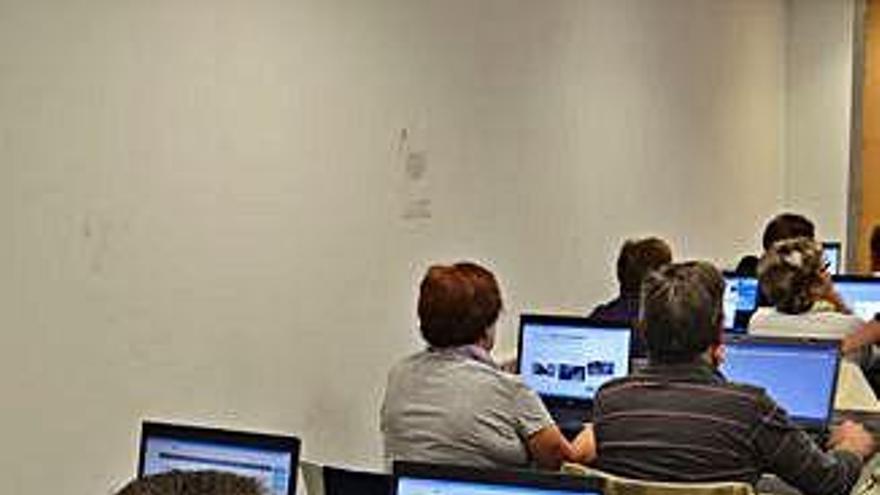Imagen de un curso sobre la utilización de Internet celebrado en Benavente.