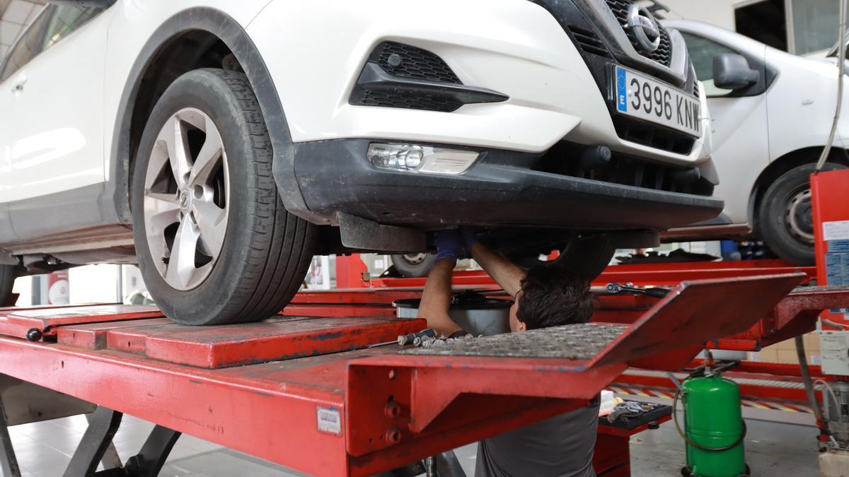 La revisión de los neumáticos es uno de los factores clave de cara a desplazamientos por carretera este verano. En la imagen, el taller de Nissan-Satra.