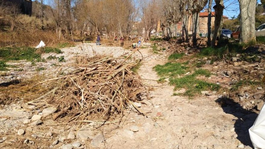 Prop de 200 persones recullen més de dues tones de brutícia a la llera del Llobregat a Sallent