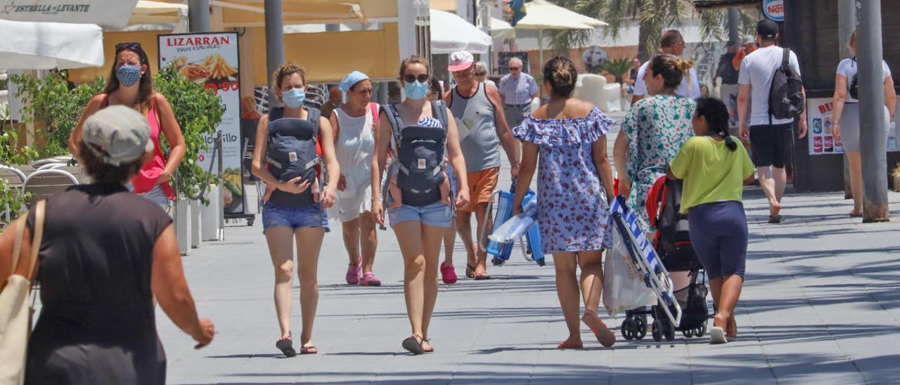 Gente paseando por Torrevieja