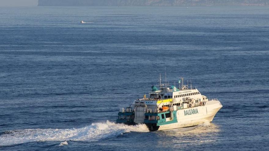 Muere decapitado un hombre al ser arrollada su embarcación por un ferri en el puerto de Ibiza
