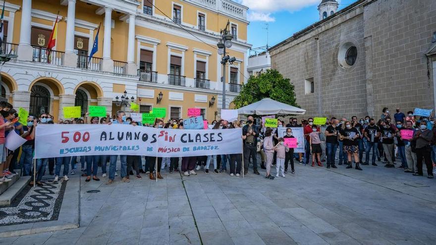 Docentes y padres de las escuelas de música sacan su protesta a la calle