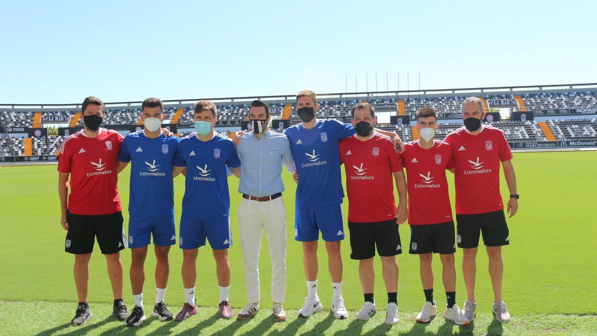 Guzmán, con camisa y pantalón largo, junto a algunos de sus compañeros en el Badajoz.