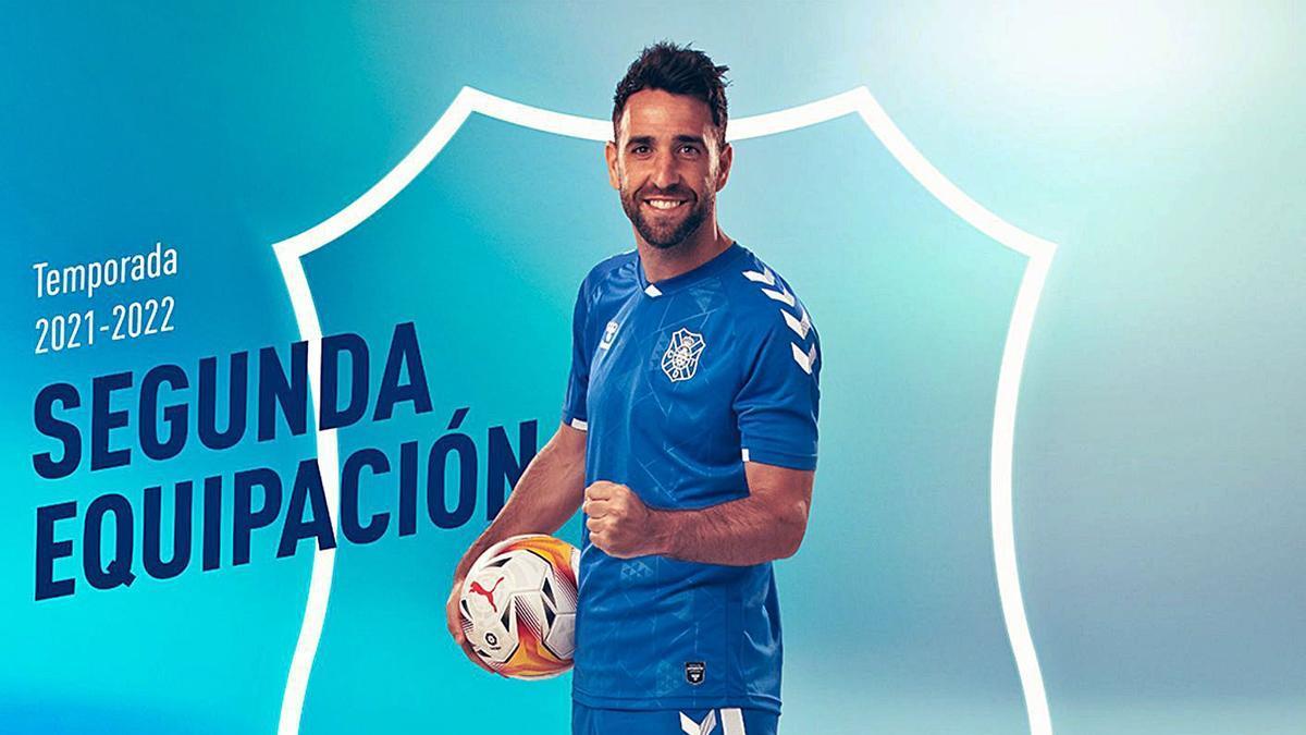 Una segunda equipación muy azul. Como ha venido haciendo este verano, el Tenerife desveló ayer el diseño de uno de los nuevos uniformes a través de las redes sociales. Ejerció de modelo Carlos Ruiz. Camiseta –con el detalle de las pintaderas– pantalones y medias en las que predomina el azul.