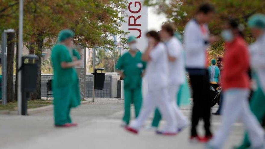 Sanitarios en el hospital La Fé de València.