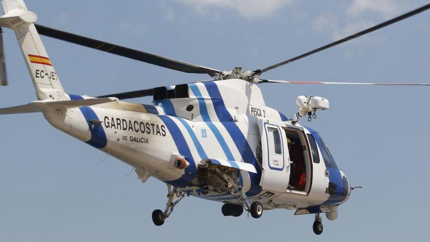 Un helicóptero evacúa directamente desde la patera a un migrante en mal estado