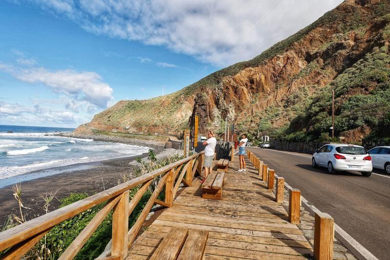 Falta de aparcamiento en las playas de Roque de las Bodegas y Almáciga, en Anaga