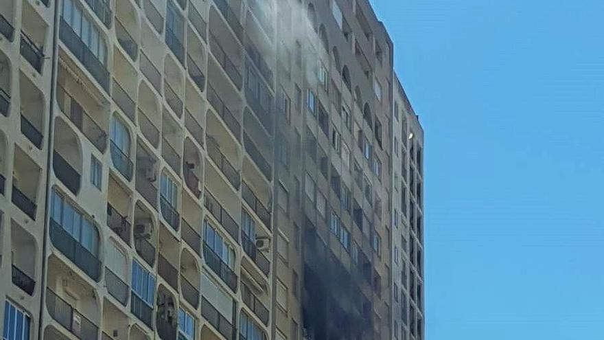 Una persona ha resultat ferida lleu en un incendi a l'edifici més alt d'Empuriabrava