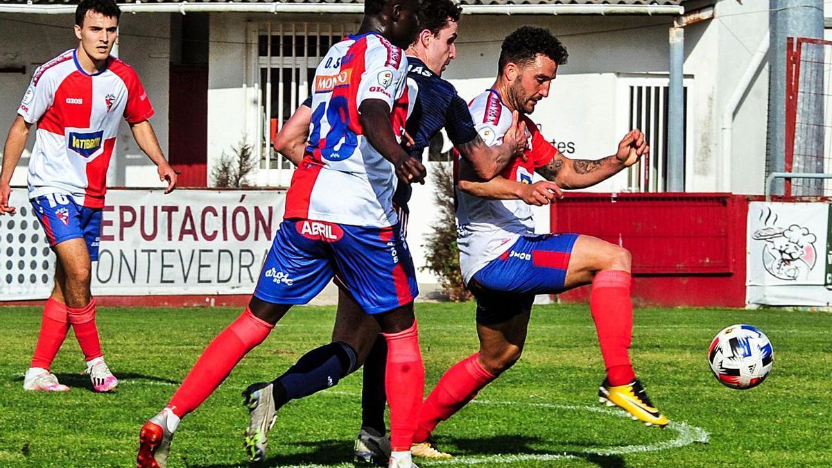 Dos jugadores del Alondras presionan a un rival durante el partido ante el Arosa. |  // IÑAKI ABELLA