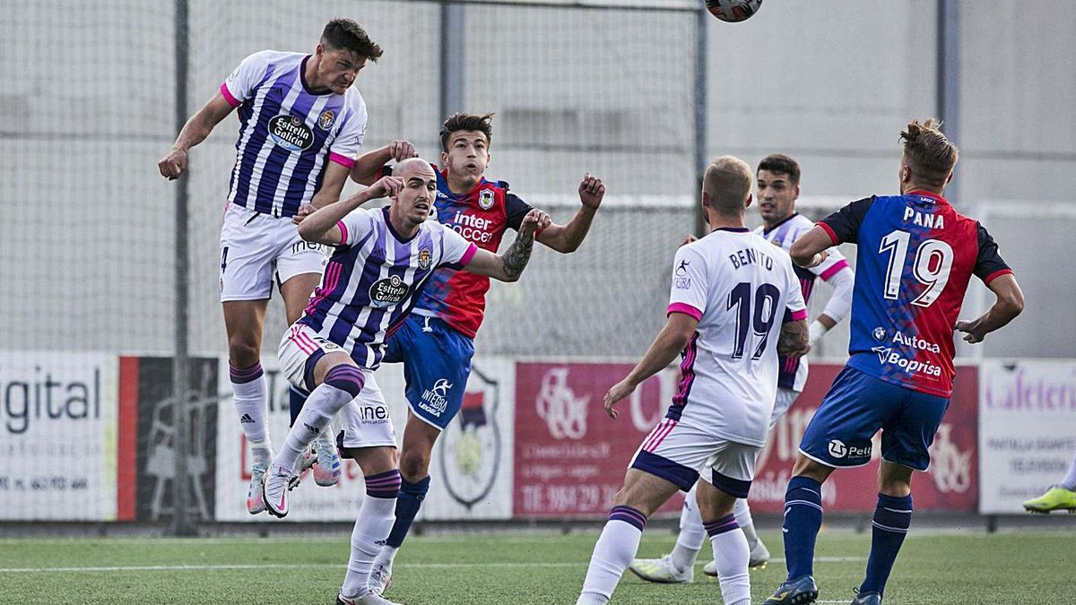 Una acción del Langreo-Valladolid B de la pasada jornada.   Irma Collín