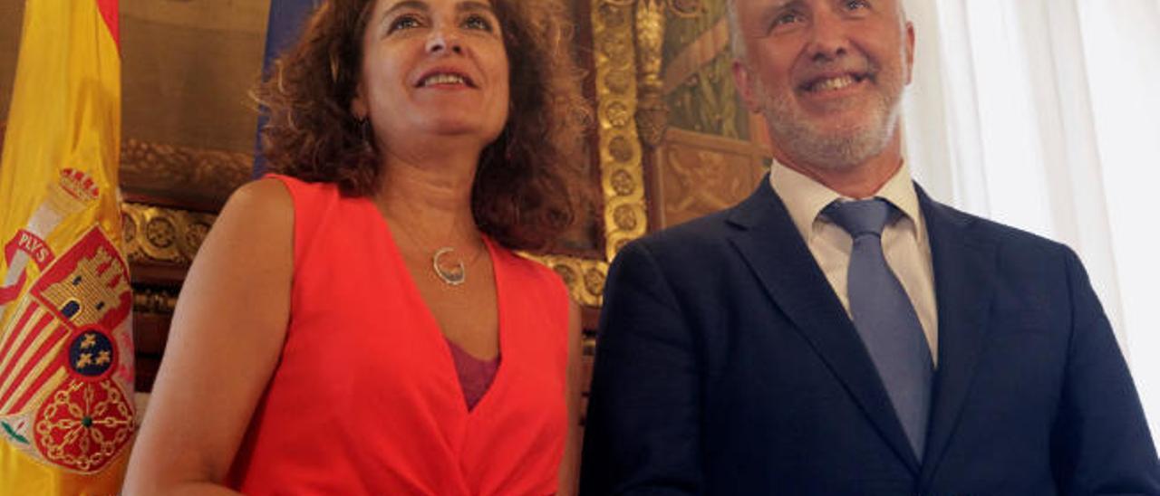 La ministra de Hacienda, María Jesús Montero, y el presidente del Gobierno de Canarias, Ángel Víctor Torres, en su última reunión.