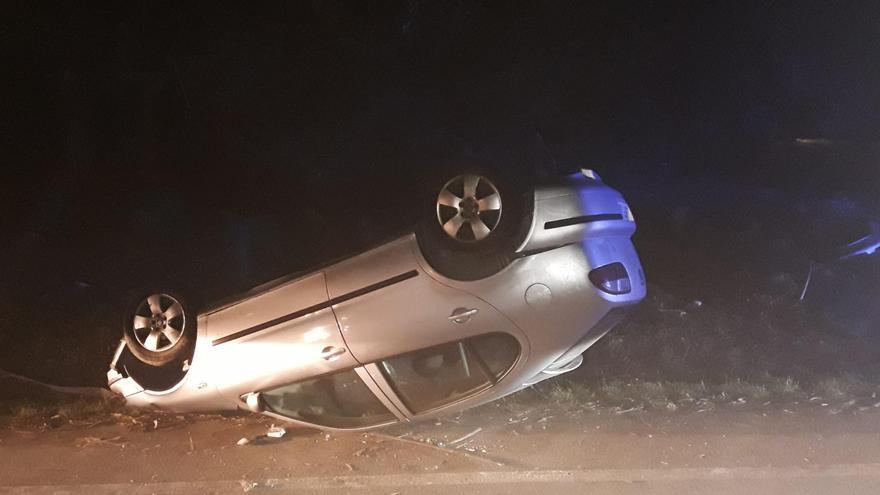 Un conductor huye tras volcar su coche en Sanxenxo